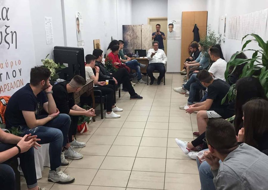 Photo of Εσκίογλου με νέους των Φαρσάλων: Έργα για την παιδεία κι ενεργός συμμετοχή των νέων στα κοινά