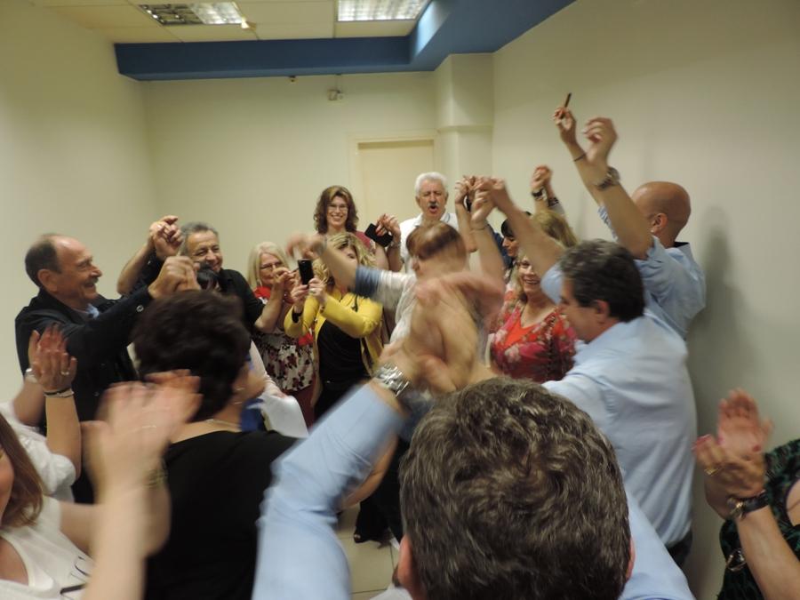Photo of Με χορό, πανηγύρια και βεγγαλικά συνεχίζεται η βραδιά στο εκλογικό κέντρο του κ. Εσκίογλου!!! (Photos)