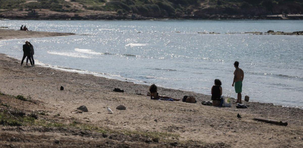 Photo of Κορωνοϊός: Ποιο lock down; Μπάνια και ρακέτες στις παραλίες