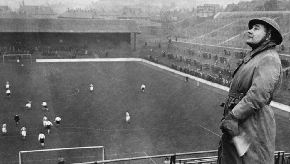 Photo of Όταν οι Άγγλοι έπαιζαν μπάλα… κανονικά, υπό την απειλή του Χίτλερ