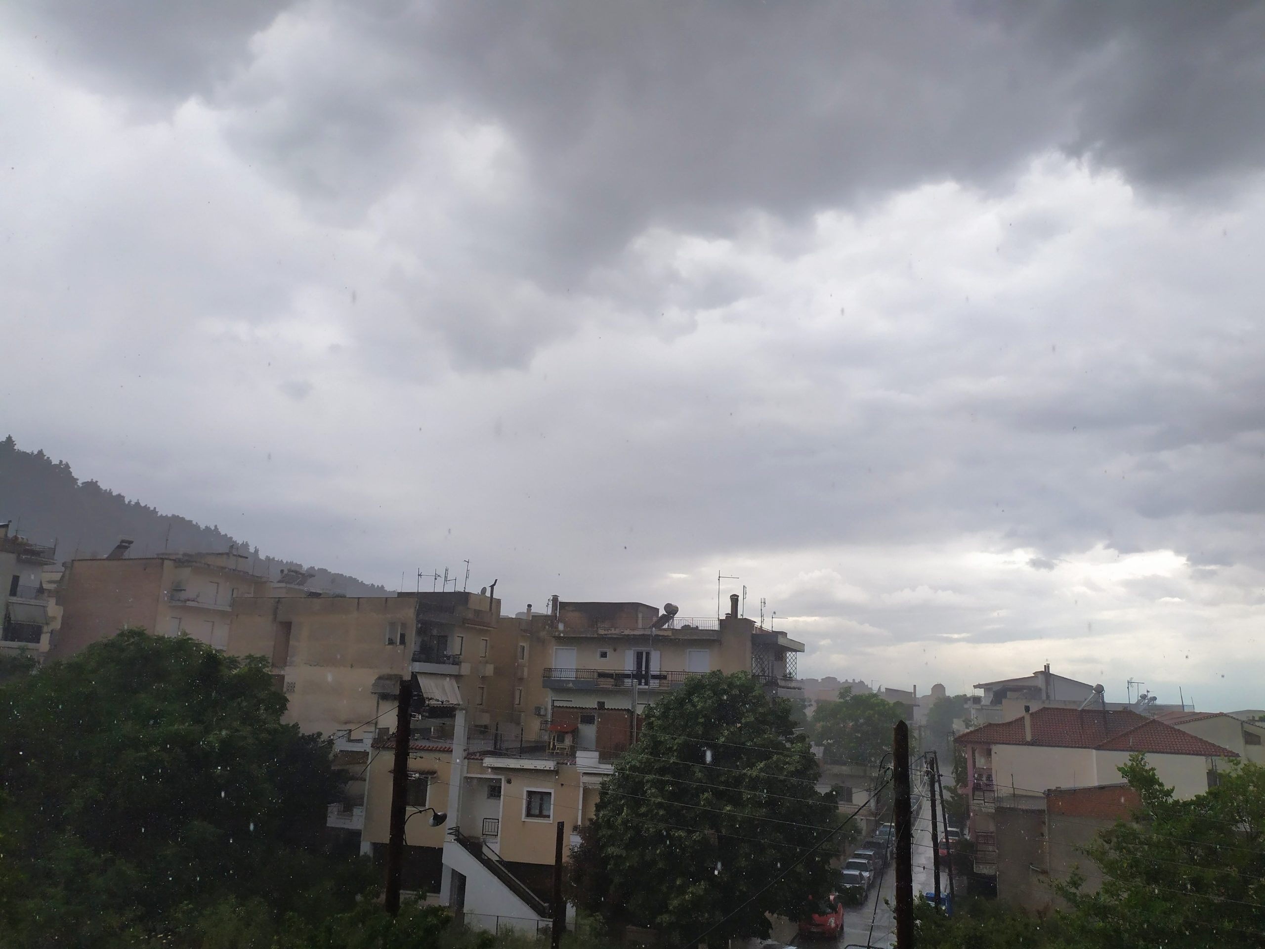 "Photo of ""Άνοιξαν οι ουρανοί"" στα Φάρσαλα, έφερε και χαλάζι η μπόρα (Pics – Vids)"